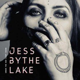 """JESS BY THE LAKE: Solo-Debüt """"Under The Red Light Shine"""" von Jasmin Saarela"""