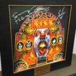 KISS: versteigern signiertes Cover & Gitarre